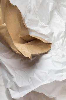 흰색과 갈색 찢어진 크래프트 주름진 포장지 배경