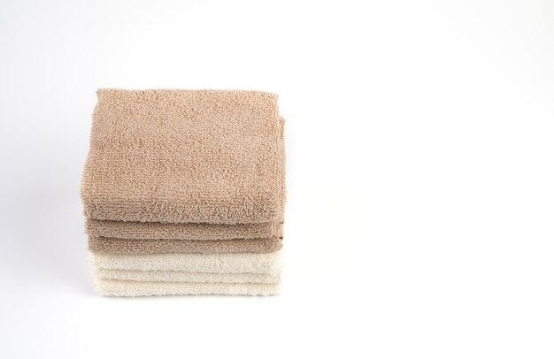 Белые и коричневые полотенца, изолированные на белом фоне