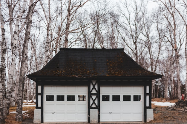 Белый и коричневый деревянный гараж