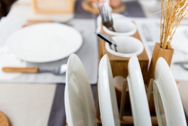 테이블에 흰색과 흙 톤 식기