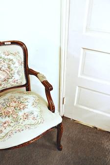 白とグレーの花柄の椅子