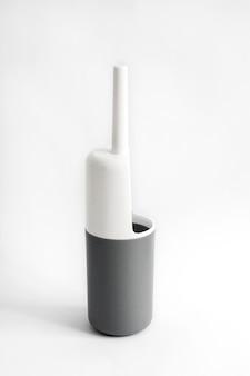 Белый и серый пластиковый туалетный ершик на белом