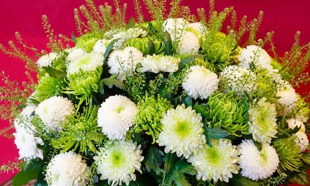 白と緑の菊の夏の花の花束