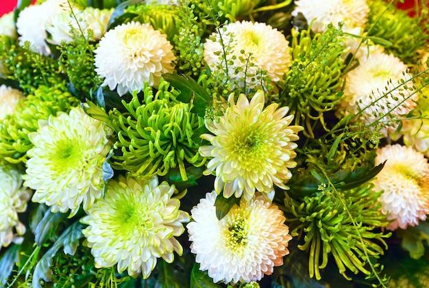 白と緑の菊の夏の花の花束 Premium写真