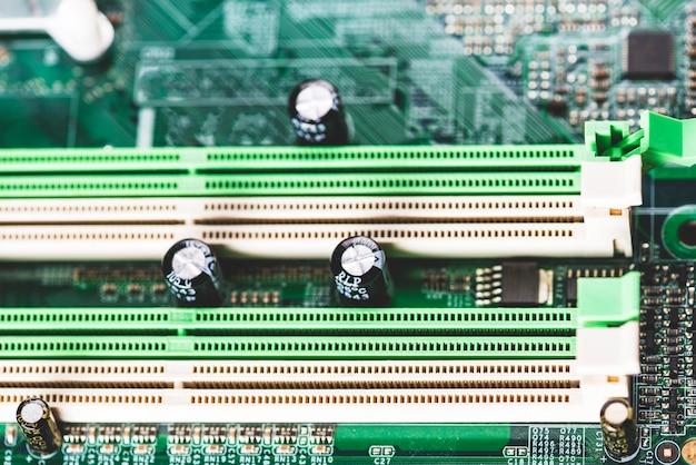 컴퓨터 마더 보드의 흰색 및 녹색 메모리 슬롯