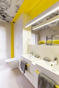白とネオンイエローのバスルームデザインのアイデア、黄色のハンドル、ダブルシンク、トイレ、グラフィックの天井と窓