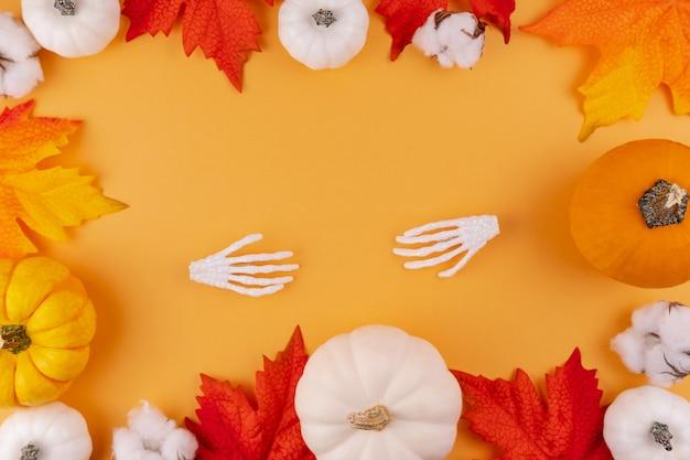 綿の花と白とオレンジの家宝のカボチャ