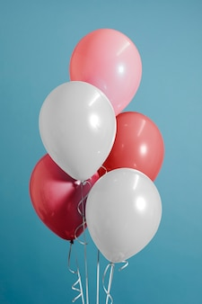 흰색과 파스텔 핑크 풍선
