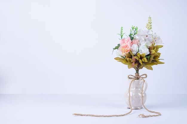 白のセラミック花瓶に白とピンクの花。