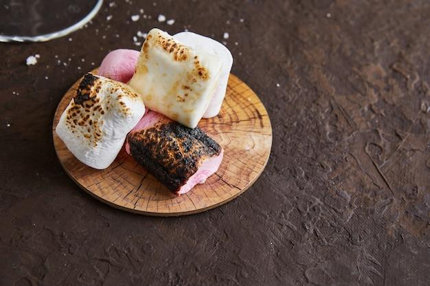 アイリッシュクリームリキュールの木製スタンドに白とピンクのマシュマロ