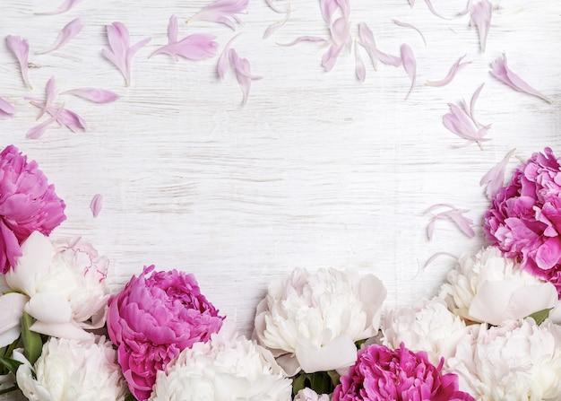 コピースペースのある明るい背景に白とピンクの牡丹。バレンタインデーへのギフト。