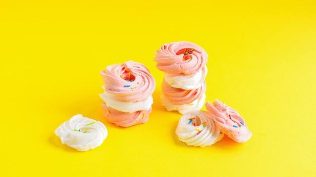 노란색 바탕에 흰색과 분홍색 과자