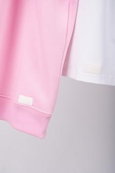Белая и розовая футболка крупным планом.