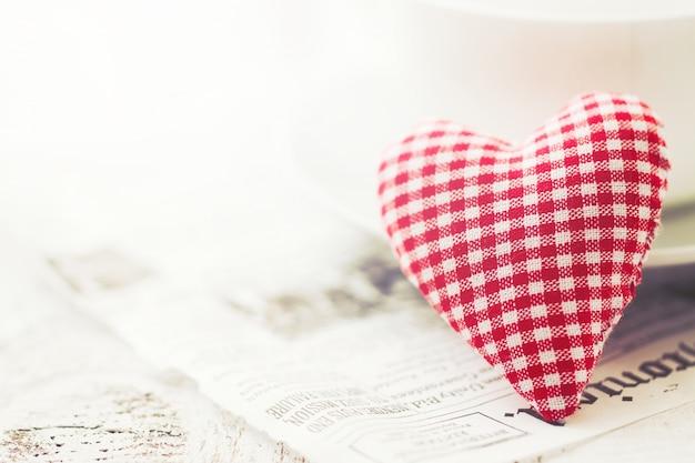 흰색과 빨간색 체크 무늬 심장 모양의 테디