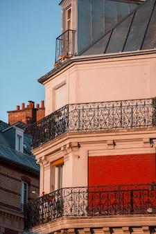 Белое и красное бетонное здание