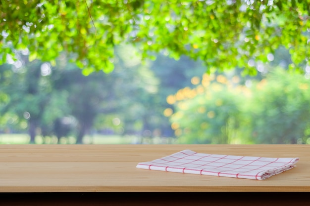 나무 테이블에 흰색과 빨간색 타탄 천