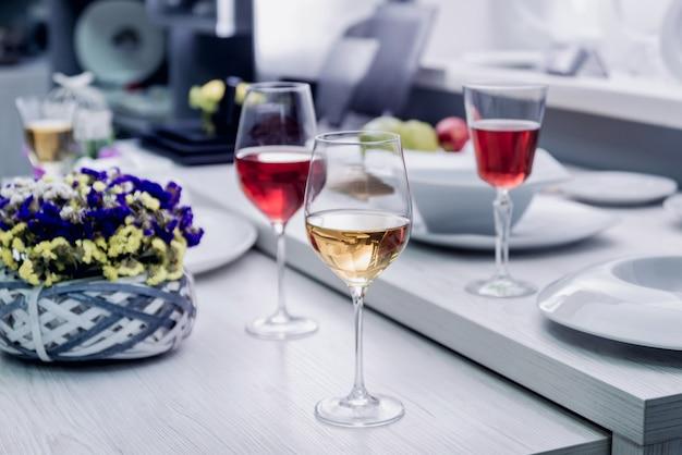 Белое и красное вино в бокале