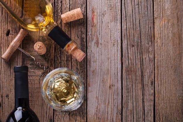 Белое и красное вино в бутылках и бокал вина