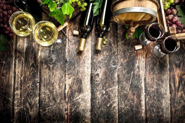 포도의 가지와 화이트와 레드 와인.