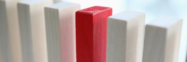 白と赤の木製ブロックがテーブルの上に立っています