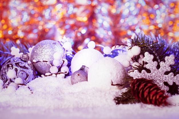 青い光と白と銀のクリスマスの装飾