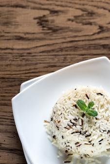 Порция белого и дикого риса