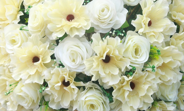 흰색과 노란색 가짜 꽃