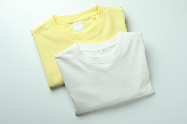 Белые и желтые кофты на белом