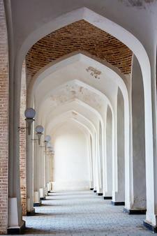 コロンモスクの白いアラビアのアーチ。ブハラ。ウズベキスタン。中央アジア。