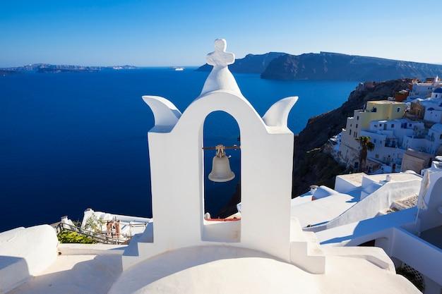 Белая архитектура на острове санторини, греция. красивый пейзаж с видом на море