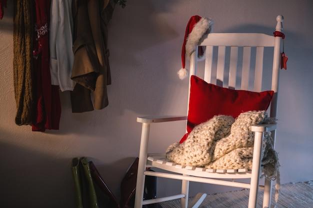 サンタの帽子と白いアームチェア