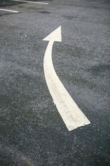 道路の白い矢印 Premium写真