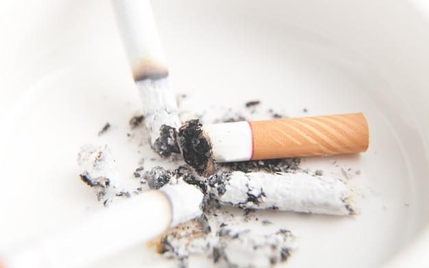 タバコと白い灰皿