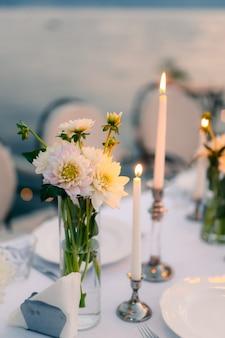 レストランの結婚式の装飾のテーブルの上の白いアスター