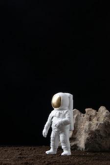 어두운 판타지 공상 과학에 달에 흰색 우주 비행사