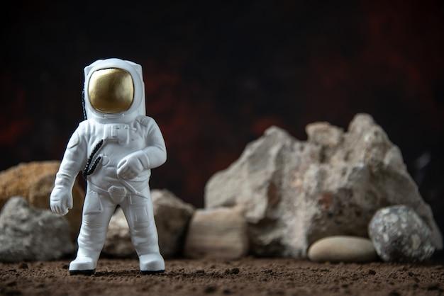 달 어두운 판타지 우주 sci fi에 바위와 흰색 우주 비행사