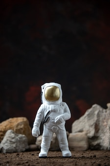 달 어두운 판타지 공상 과학에 바위와 흰색 우주 비행사
