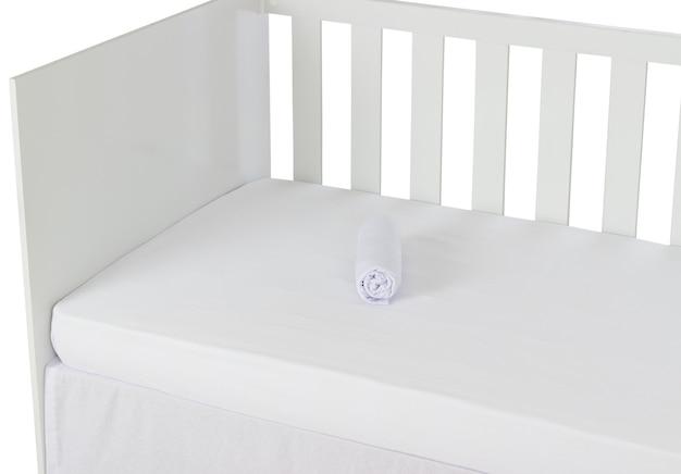 Белая детская кроватка, изолированных на белом фоне. деталь листа.