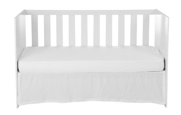 Белая детская кроватка, изолированных на белом фоне.