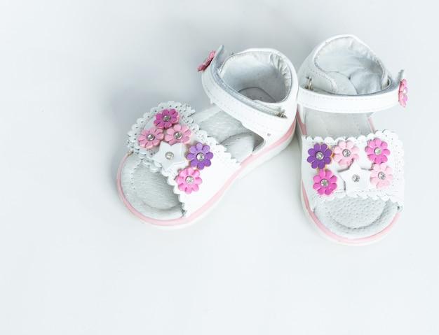 Белая детская обувь на белом фоне