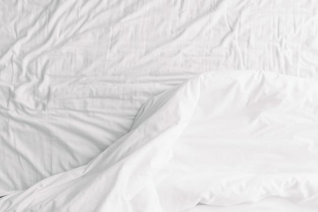 ベッドの上の毛布の白い背景