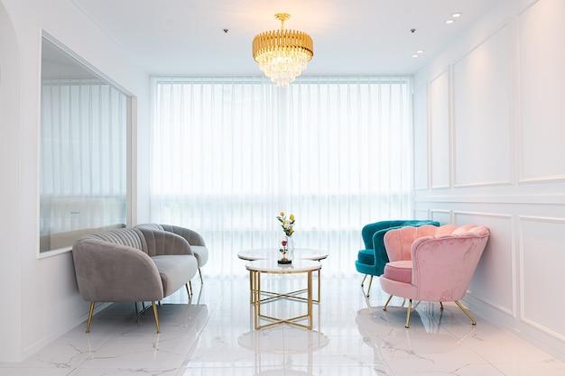흰색 배경 테이블 창 소파와 의자
