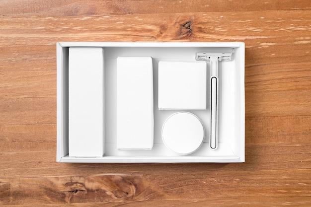 Белые инструменты для ухода за парикмахерской на деревянной доске