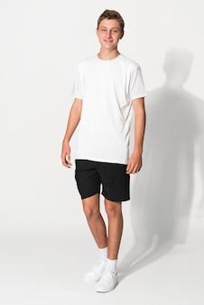 T-shirt basic bianca per servizio fotografico in studio di abbigliamento per ragazzi