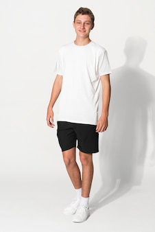 소년복 스튜디오 촬영을 위한 흰색 기본 티셔츠