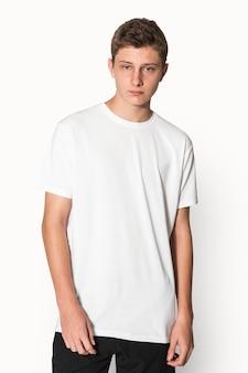 Белая базовая футболка для студийной съемки молодежной одежды для мальчиков