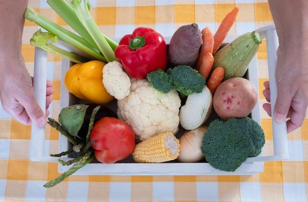新鮮な野菜の白いバスケットブロッコリーペッパーカリフラワートマト健康的な食事のコンセプト