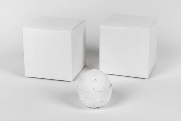 Bomba da bagno bianca con scatole bianche