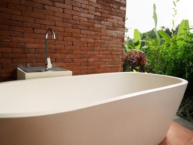 자연 녹색 잔디 스웨터 풍경 벽돌과 통일의 방의 흰색 욕실 인테리어