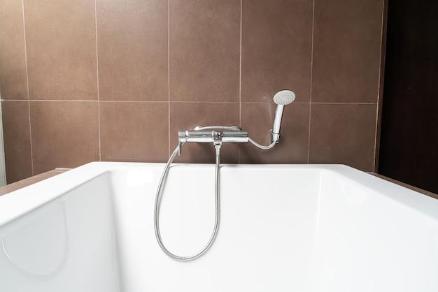 Украшение белой ванны в интерьере ванной комнаты